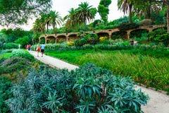 Βαρκελώνη, Ισπανία στις 4 Σεπτεμβρίου 2018: Οι τουρίστες Guell Parc περπατούν στον κήπο στοκ εικόνα με δικαίωμα ελεύθερης χρήσης