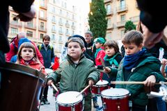 Βαρκελώνη, Ισπανία - 9 Φεβρουαρίου 2018: παρέλαση batucada στις οδούς της Βαρκελώνης κατά τη διάρκεια των δημοφιλών εορτασμών καρ στοκ εικόνα