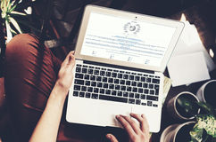 Βαρκελώνη, Ισπανία -01 02 2016: Ιστοχώρος wikipedia σελίδων άποψης ατόμων Το γενικό lap-top σχεδίου είναι στα γόνατά του τρισδιάσ Στοκ εικόνες με δικαίωμα ελεύθερης χρήσης