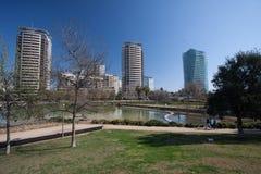 Βαρκελώνη, Ισπανία, το Μάρτιο του 2016: ο ποταμός στη διαγώνιος parc χαλά με την άποψη σχετικά με τα σύγχρονα skycaps Στοκ εικόνα με δικαίωμα ελεύθερης χρήσης