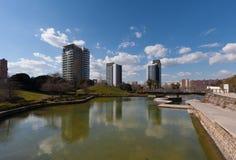 Βαρκελώνη, Ισπανία, το Μάρτιο του 2016: ο τεχνητός ποταμός στη διαγώνιος parc χαλά με την άποψη σχετικά με τα σύγχρονα skycaps Στοκ φωτογραφία με δικαίωμα ελεύθερης χρήσης