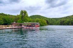 βαρκών της Κροατίας προορισμού πορθμείων δημοφιλής τουρίστας plitvice αποβαθρών πάρκων λιμνών εθνικός Στοκ Εικόνα