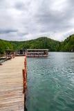 βαρκών της Κροατίας προορισμού πορθμείων δημοφιλής τουρίστας plitvice αποβαθρών πάρκων λιμνών εθνικός Στοκ φωτογραφίες με δικαίωμα ελεύθερης χρήσης