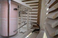 Βαρογράφος στο μετεωρολογικό κλουβί Λειτουργεί για να μετρήσει την πίεση αέρα στοκ φωτογραφία