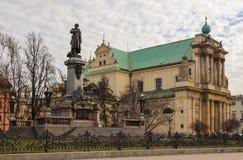 Βαρσοβία, Πολωνία - 27 Φεβρουαρίου 2019: Μνημείο του Adam Mickiewicz και εκκλησία Αγίου Joseph στο κέντρο της πόλης στοκ φωτογραφία με δικαίωμα ελεύθερης χρήσης