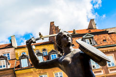 Βαρσοβία, Πολωνία †«στις 14 Ιουλίου 2017: Γλυπτό μιας γοργόνας στην παλαιά πόλη στη Βαρσοβία την ηλιόλουστη ημέρα Στοκ Εικόνα