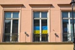 Βαρσοβία, Πολωνία Εθνική σημαία της Ουκρανίας σε ένα παράθυρο οικοδόμησης Στοκ εικόνα με δικαίωμα ελεύθερης χρήσης
