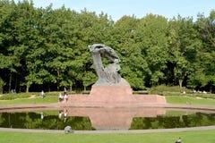 Βαρσοβία, Πολωνία Μια άποψη ενός μνημείου στο Frederic Chopin με μια ωοειδή λίμνη Στοκ Φωτογραφίες