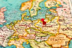 Βαρσοβία, Πολωνία που καρφώνεται στον εκλεκτής ποιότητας χάρτη της Ευρώπης Στοκ Φωτογραφίες