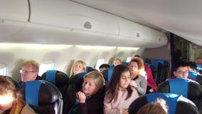 ΒΑΡΣΟΒΙΑ, ΠΟΛΩΝΙΑΣ - 24 ΔΕΚΕΜΒΡΙΟΥ, Υπερυψωμένος παν πυροβολισμός του συνόλου καμπινών επιβατηγών αεροσκαφών των επιβατών 4K βίντ απόθεμα βίντεο