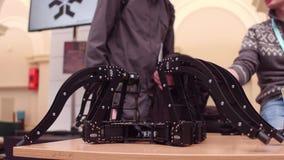 ΒΑΡΣΟΒΙΑ, ΠΟΛΩΝΙΑΣ - 4 ΜΑΡΤΙΟΥ, 2017 Αράχνη-όπως το ρομπότ και τους συμμετέχοντες της έκθεσης ρομποτικής Στοκ φωτογραφίες με δικαίωμα ελεύθερης χρήσης