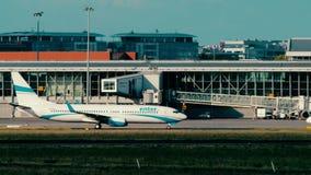 ΒΑΡΣΟΒΙΑ, ΠΟΛΩΝΙΑ - 15 ΙΟΥΝΊΟΥ 2018 SP-ENN εισάγετε να μετακινηθεί με ταξί αεροπλάνων του Boeing 737-8CX αέρα απόθεμα βίντεο