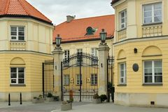ΒΑΡΣΟΒΙΑ, ΠΟΛΩΝΙΑ - 12 ΜΑΐΟΥ 2012: Άποψη του κενού παλατιού στη Βαρσοβία στοκ εικόνες