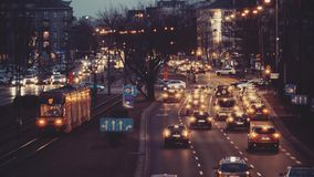 ΒΑΡΣΟΒΙΑ, ΠΟΛΩΝΙΑ - 12 ΜΑΡΤΊΟΥ 2018 Στάση αυτοκινήτων στην οδική διατομή Σημαντική κυκλοφορία οδών πόλεων το βράδυ Στοκ Φωτογραφία