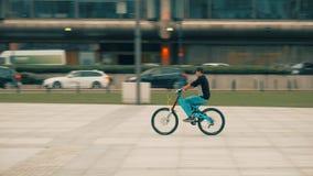 ΒΑΡΣΟΒΙΑ, ΠΟΛΩΝΙΑ - 14 ΣΕΠΤΕΜΒΡΊΟΥ 2017 Νεαρός άνδρας που οδηγά το ακριβό πλήρες ποδήλατο Yeti αναστολής στην οδό Στοκ εικόνα με δικαίωμα ελεύθερης χρήσης