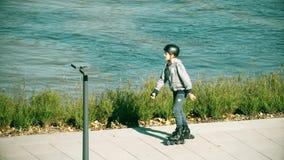 ΒΑΡΣΟΒΙΑ, ΠΟΛΩΝΙΑ - 28 ΣΕΠΤΕΜΒΡΊΟΥ 2017 Οδήγηση αγοριών σκέιτερ κυλίνδρων κατά μήκος του αναχώματος πάρκων Στοκ φωτογραφίες με δικαίωμα ελεύθερης χρήσης
