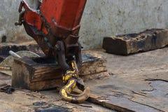 Βαρύς βραχίονας γερανών που καλύπτεται με το πετρέλαιο Στοκ Φωτογραφίες