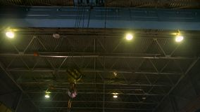 Βαρύς γερανός γεφυρών με το γάντζο που κινείται παράλληλα με το εργοστάσιο απόθεμα βίντεο