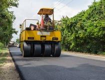 Βαρύς συμπιεστής κυλίνδρων δόνησης στις εργασίες πεζοδρομίων ασφάλτου για την οδική επισκευή Στοκ Εικόνα