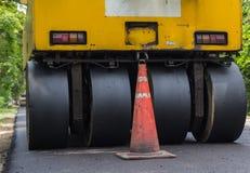 Βαρύς συμπιεστής κυλίνδρων δόνησης στις εργασίες πεζοδρομίων ασφάλτου για την οδική επισκευή Στοκ Εικόνες
