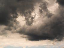 Βαρύς σωρείτης καταιγίδας στο υπόβαθρο μπορείτε να δείτε το μπλε ουρανό στοκ εικόνα με δικαίωμα ελεύθερης χρήσης