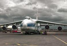 Βαρύς, του κόσμου μεγαλύτερου, αεροπλάνο μεταφοράς εμπορευμάτων ρωσικό Ruslan στη συντήρηση πριν από την αναχώρηση Στοκ φωτογραφία με δικαίωμα ελεύθερης χρήσης