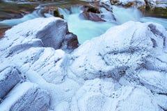 Βαρύς χειμερινός παγετός στους κολπίσκος-δευτερεύοντες βράχους Στοκ φωτογραφία με δικαίωμα ελεύθερης χρήσης