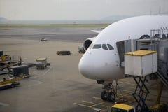 Βαρύ αεριωθούμενο αεροπλάνο στην πύλη στο διεθνή αερολιμένα Χονγκ Κονγκ Στοκ Φωτογραφία