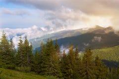 Βαρύ επιπλέον σώμα σύννεφων πέρα από τα πράσινα βουνά Στοκ Εικόνα