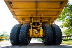 Βαρύ φορτηγό μεταλλείας στο ορυχείο και οδήγηση κατά μήκος της υπαίθριας φωτογραφίας του μεγάλου φορτηγού ορυχείων, το έξοχο αυτο Στοκ Εικόνες