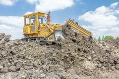 Βαρύ earthmover κινεί τη γη στο εργοτάξιο Το φορτηγό απορρίψεων είναι στοκ εικόνα