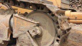 Βαρύ earthmover, μηχανή εκσακαφέων ισοπεδώνει το εργοτάξιο οικοδομής απόθεμα βίντεο