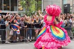 Βασίλισσα έλξης που χαιρετά το πλήθος στην παρέλαση υπερηφάνειας του Τορόντου Στοκ Εικόνες