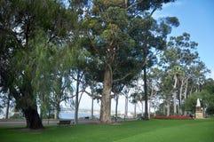 Βασίλισσα Βικτώρια και μνημείο αυτοκρατόρων στον κήπο στο πάρκο βασιλιάδων και το βοτανικό κήπο στο Περθ, Αυστραλία στοκ φωτογραφία