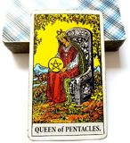 Βασίλισσα πενταλφών Tarot καρτών ευημερίας πλούτου της πλούσιας υλικής ασφάλειας γοήτρου θέσης διαβίωσης πολυτέλειας λεπτής οικον στοκ φωτογραφία με δικαίωμα ελεύθερης χρήσης
