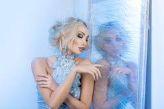 Βασίλισσας χιονιού παγωμένου πλησίον καθρέφτης Στοκ εικόνα με δικαίωμα ελεύθερης χρήσης