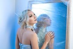 Βασίλισσας χιονιού παγωμένου πλησίον καθρέφτης Στοκ Εικόνες