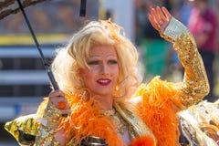 Βασίλισσα έλξης με την ξανθή περούκα στην ημέρα οδών του Christopher Στοκ Εικόνα