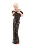 Βασίλισσα έλξης πορτρέτου στη μαύρη εκτέλεση φορεμάτων βραδιού Στοκ Εικόνα