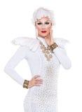 Βασίλισσα έλξης στην άσπρη εκτέλεση φορεμάτων Στοκ εικόνα με δικαίωμα ελεύθερης χρήσης