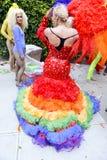 Βασίλισσα έλξης στην ομοφυλοφιλική παρέλαση υπερηφάνειας φορεμάτων ουράνιων τόξων Στοκ εικόνα με δικαίωμα ελεύθερης χρήσης