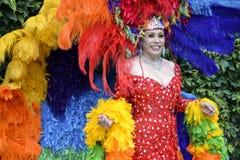 Βασίλισσα έλξης στην ομοφυλοφιλική παρέλαση υπερηφάνειας φορεμάτων ουράνιων τόξων Στοκ Φωτογραφία