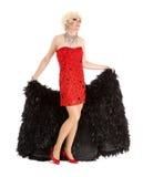 Βασίλισσα έλξης στο κόκκινο φόρεμα με την εκτέλεση γουνών Στοκ Εικόνες