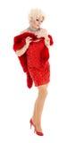 Βασίλισσα έλξης στο κόκκινο φόρεμα με την εκτέλεση γουνών Στοκ φωτογραφία με δικαίωμα ελεύθερης χρήσης