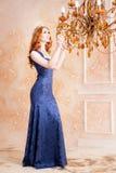 Βασίλισσα, βασιλικό πρόσωπο με την κορώνα στο μπλε φόρεμα Πολυέλαιος Στοκ εικόνα με δικαίωμα ελεύθερης χρήσης