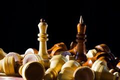 Βασίλισσα και βασιλιάς σκακιού στη σκακιέρα Στοκ Φωτογραφίες