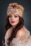 Βασίλισσα στο βασιλικό φόρεμα προκλητικό κορίτσι στο βασιλικό παλτό καπέλων και γουνών Στοκ Φωτογραφίες