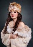 Βασίλισσα στο βασιλικό φόρεμα προκλητικό κορίτσι στο βασιλικό παλτό καπέλων και γουνών Στοκ Εικόνα