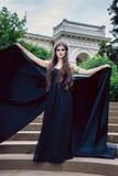 Βασίλισσα στο μαύρο φόρεμα σφαιρών στα βήματα του παλατιού Στοκ Εικόνες