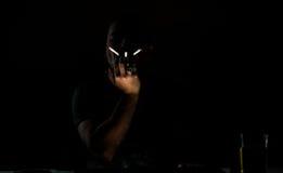 Βασανιστικός καπνιστής στο σκοτάδι Στοκ εικόνες με δικαίωμα ελεύθερης χρήσης